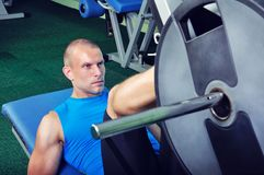 Handsome muscular man exercising in a gym Royalty Free Stock Photos