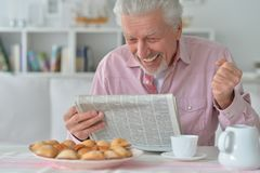 Senior man reading newspaper Royalty Free Stock Images