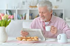 Senior man reading newspaper Royalty Free Stock Photography