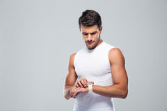 Handsome sports man using smart watch Royalty Free Stock Photos