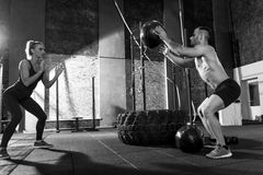Handsome sporty man throwing a medicine ball Royalty Free Stock Photography