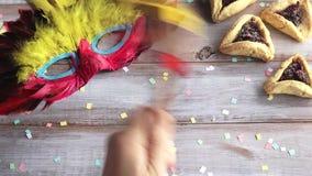 Handspel met Traditionele houten Purim gragger stock videobeelden