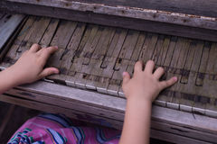 Handspiel auf altem gebrochenem Klavier Lizenzfreies Stockbild