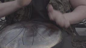 Handspiel auf glyphophone Nahaufnahme stock video
