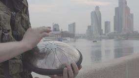 Handspiel auf hapi Trommel auf Ufergegend stock video footage