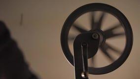 Handspinnende Filmrolle, alter Filmprojektor stock footage