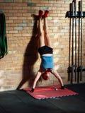 Handstand нажимает поднимает высокая интенсивность стоковое фото rf