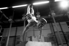 Handstand στο ώθηση-επάνω άτομο κιβωτίων workout στην ώθηση UPS γυμναστικής Στοκ Φωτογραφία