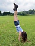 Handstand девушки Outdoors Стоковое Изображение
