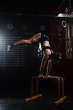 Handstand на рельсах стоковая фотография