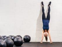 Handstand на спортзале crossfit стоковая фотография rf