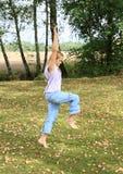 Handstand тренировки девушки Стоковое Фото