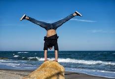 Handstand alla spiaggia Fotografie Stock