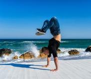 Handstand alla spiaggia Fotografia Stock Libera da Diritti