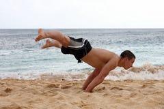 Handstand auf dem Strand Stockfoto