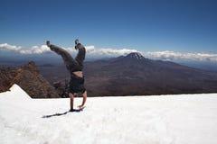Handstand auf Schnee an der Montierung Ruapehu Stockfoto