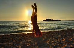 Handstand bij het strand stock foto