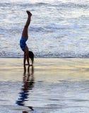 Handstand de la línea de la playa Fotos de archivo libres de regalías