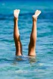 Handstand in de oceaan Royalty-vrije Stock Afbeeldingen