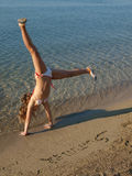 Handstand de plage Photos stock