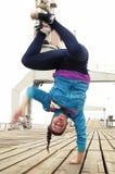 Handstand di Breakdancer da una parte Fotografie Stock Libere da Diritti