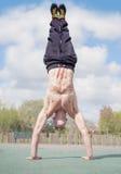 Handstand door de muscualrmens Stock Fotografie