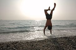 Handstand en la playa Fotos de archivo libres de regalías