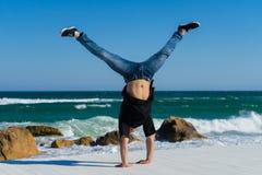Handstand en la playa Imagen de archivo