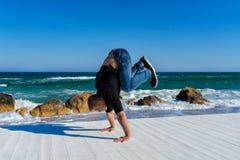 Handstand en la playa Foto de archivo libre de regalías