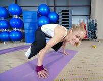 Handstand en la yoga mate Imagen de archivo libre de regalías