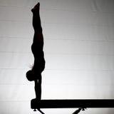 Handstand femenino del gimnasta Fotos de archivo libres de regalías