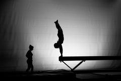 Handstand femenino del gimnasta Imagenes de archivo