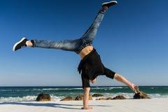 Handstand na praia fotografia de stock