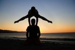 Handstand no por do sol fotos de stock royalty free