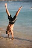 Handstand op het strand stock fotografie