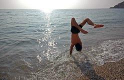 Handstand op het strand #3 Stock Afbeelding