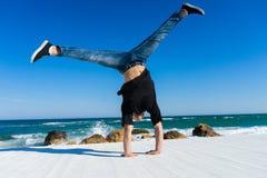 Handstand przy plażą Zdjęcia Stock