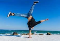Handstand przy plażą Fotografia Stock
