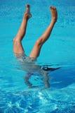 Handstand subaquático com pés acima da água Fotos de Stock Royalty Free