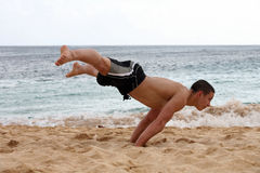 Handstand sur la plage Photo stock