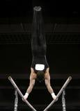 Handstand sur les bars parallèles image stock