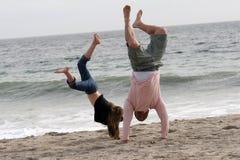 Handstands na areia Fotos de Stock