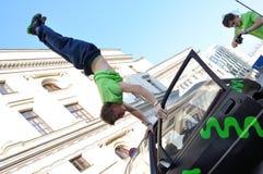 Handstandtruc op de bovenkant van auto Stock Afbeelding