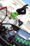 Handstandtruc op de bovenkant van auto Royalty-vrije Stock Foto's