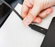 Handsteckerlaptop-Netzanschlusskabelkabel, zum von Notizbuch PC aufzuladen stockfoto
