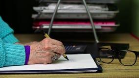 Handstil för gammal kvinna stock video