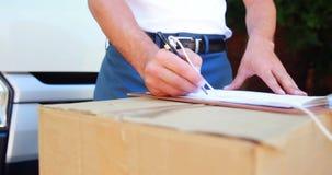 Handstil för leveransman på skrivplattan stock video