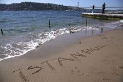 Handstil Istanbul på sanderna och Istanbul Bosphorus på bakgrunden Royaltyfria Bilder