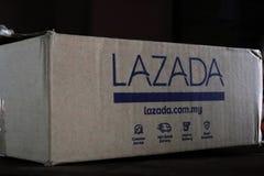 Handstilar på en Lazada sändningskartong arkivbild