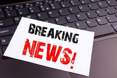 Handstilbreaking newstext som göras i kontorsnärbilden på bärbar datordatortangentbordet Affärsidé för tidningen som bryter NewsW Royaltyfri Fotografi